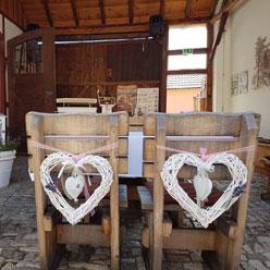 Stühle des Brautpaares noch unbesetzt kurz vor der Trauung im Mühlenhof Bosse.