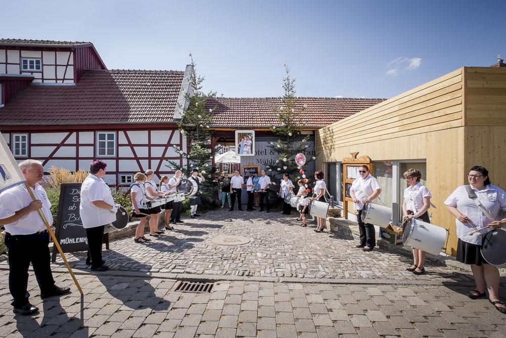 Musikalischer Empfang des Hochzeitspaares vor der Hochzeitslocation Erfurt