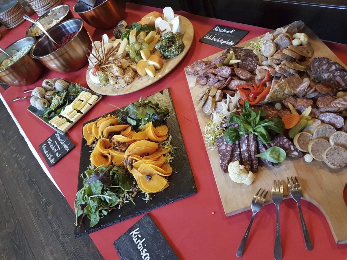 Hochwertiges Hochzeitsbuffet mit Wurst-, Käse-, Gemüse- und Salatvariationen