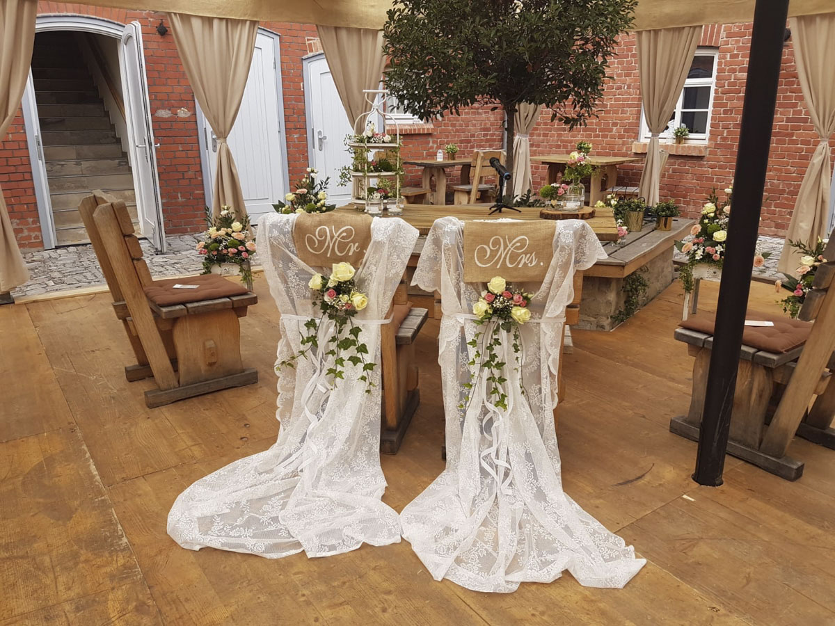 Traustühle im rustikalen Landhausstil für Brautpaar