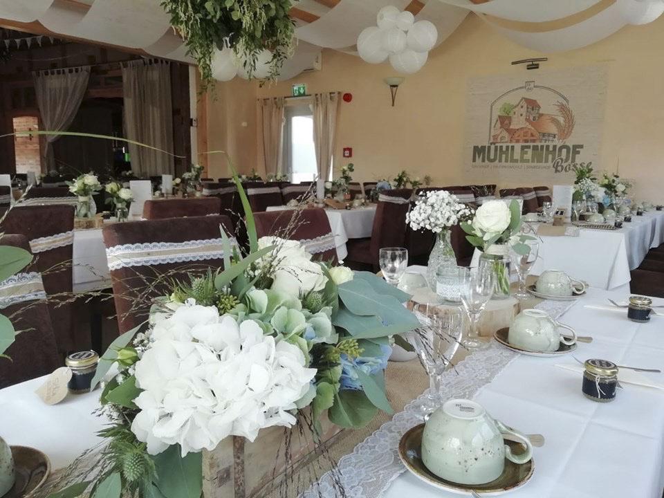 Romantisch dekorierte Hochzeitslocation in Naturtönen