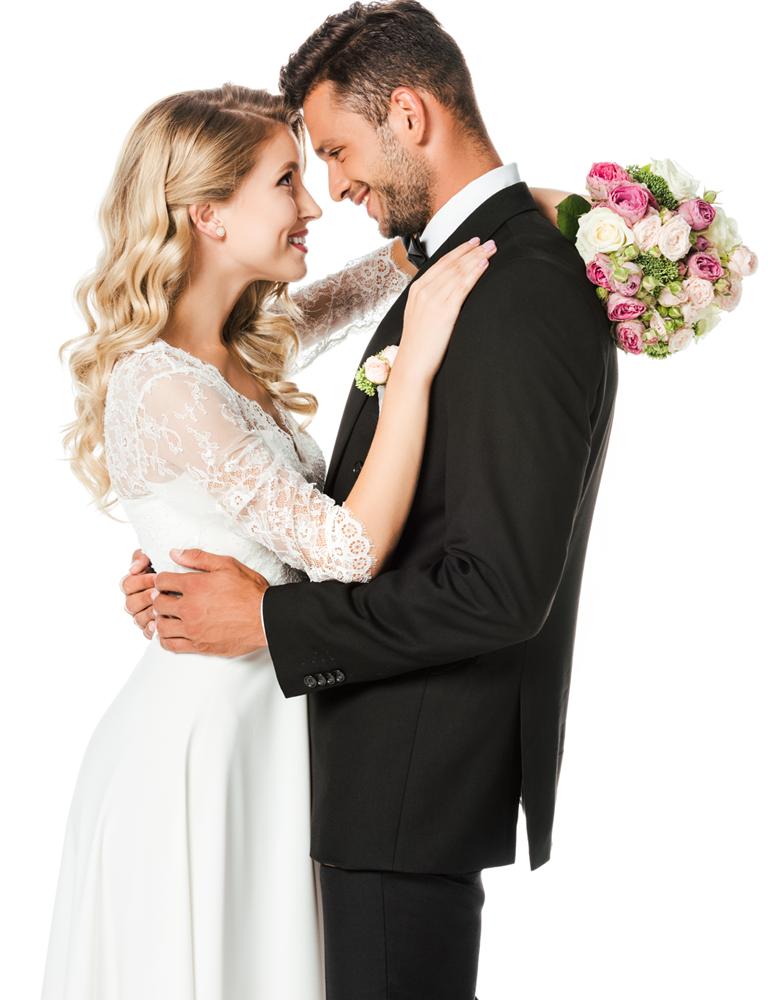 Hochzeitspaar blickt sich verliebt in die Augen